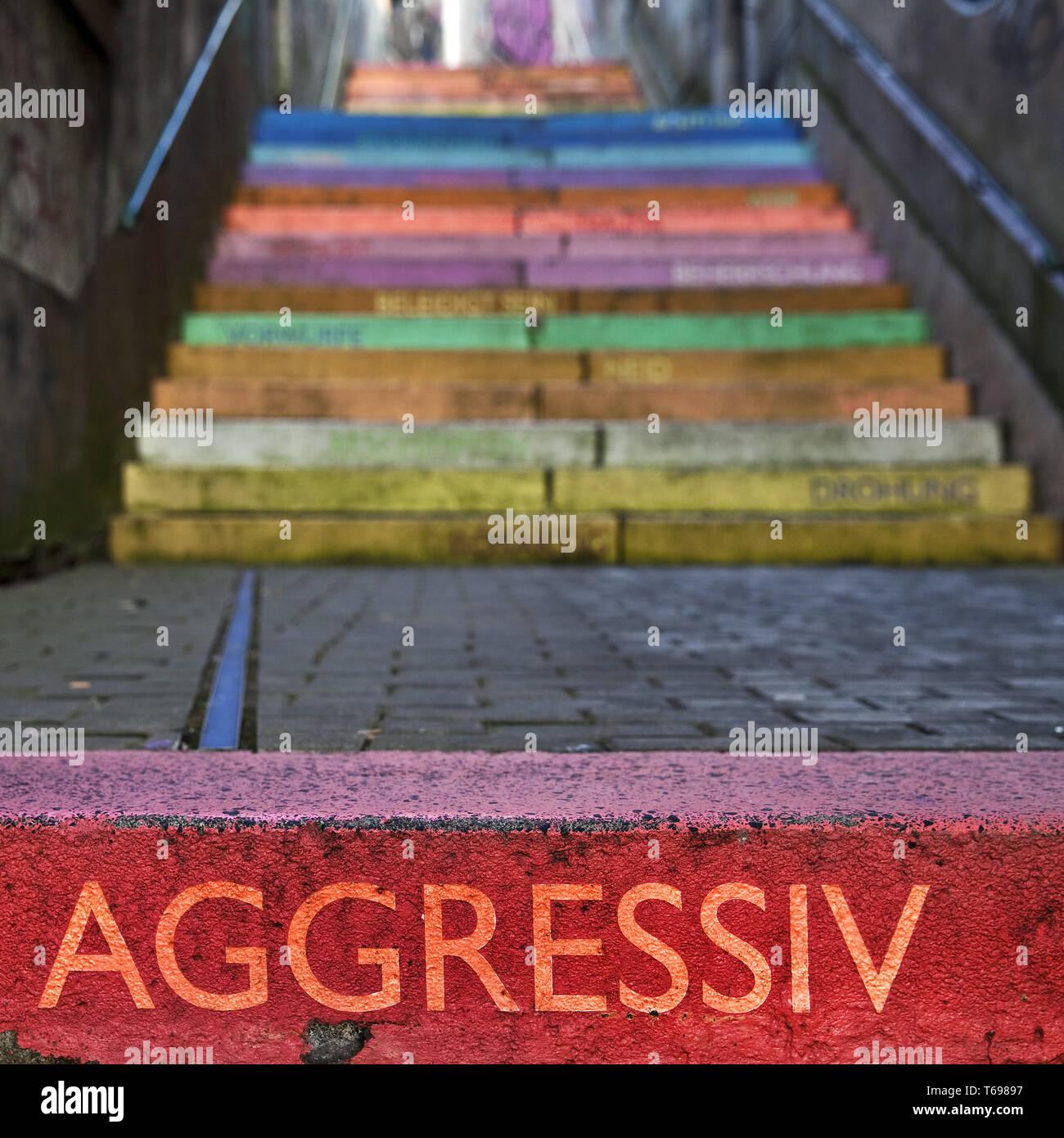 La palabra agresiva en el colorido perron, Scala, Holsteiner Treppe, Wuppertal, Alemania Imagen De Stock