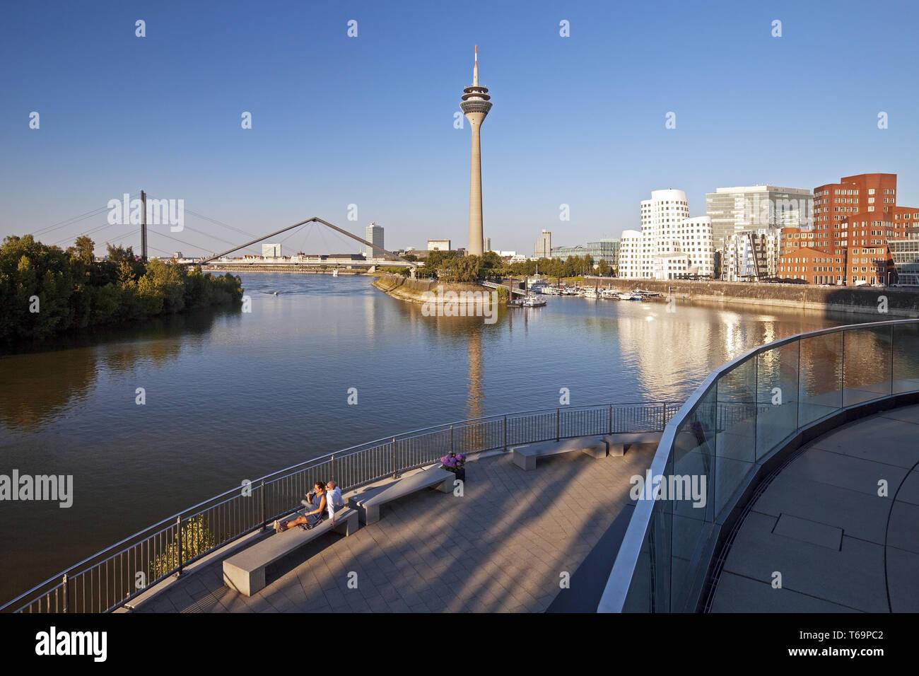 Restaurante en la terraza con vistas a la torre del Rin y los edificios de Gehry, Duesseldorf, Alemania Imagen De Stock