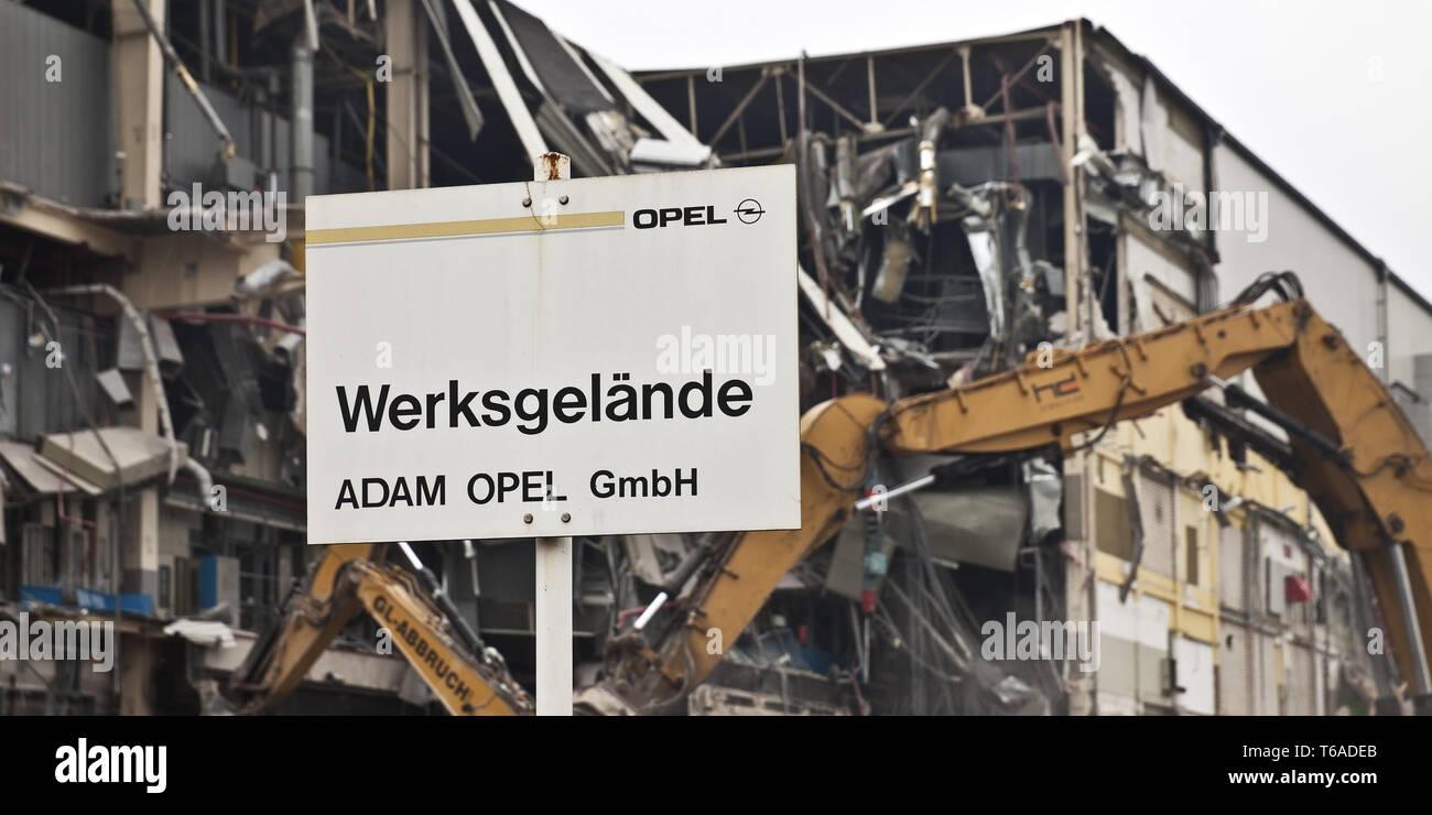 Opel Car Company signo delante de los trabajos de demolición, Bochum, área de Ruhr, Alemania, Europa Imagen De Stock