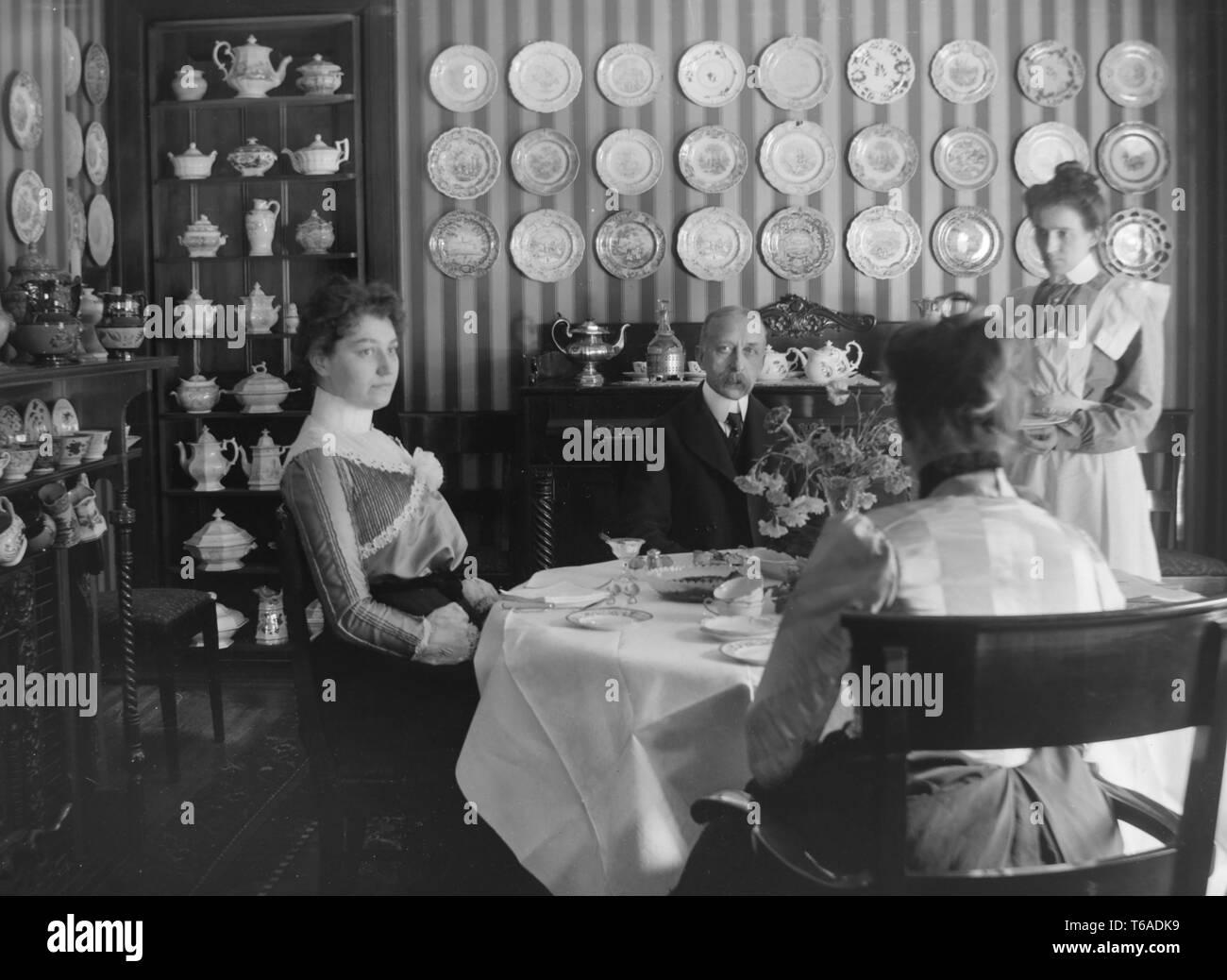 Maid Victorian Fotos e Imágenes de stock Alamy