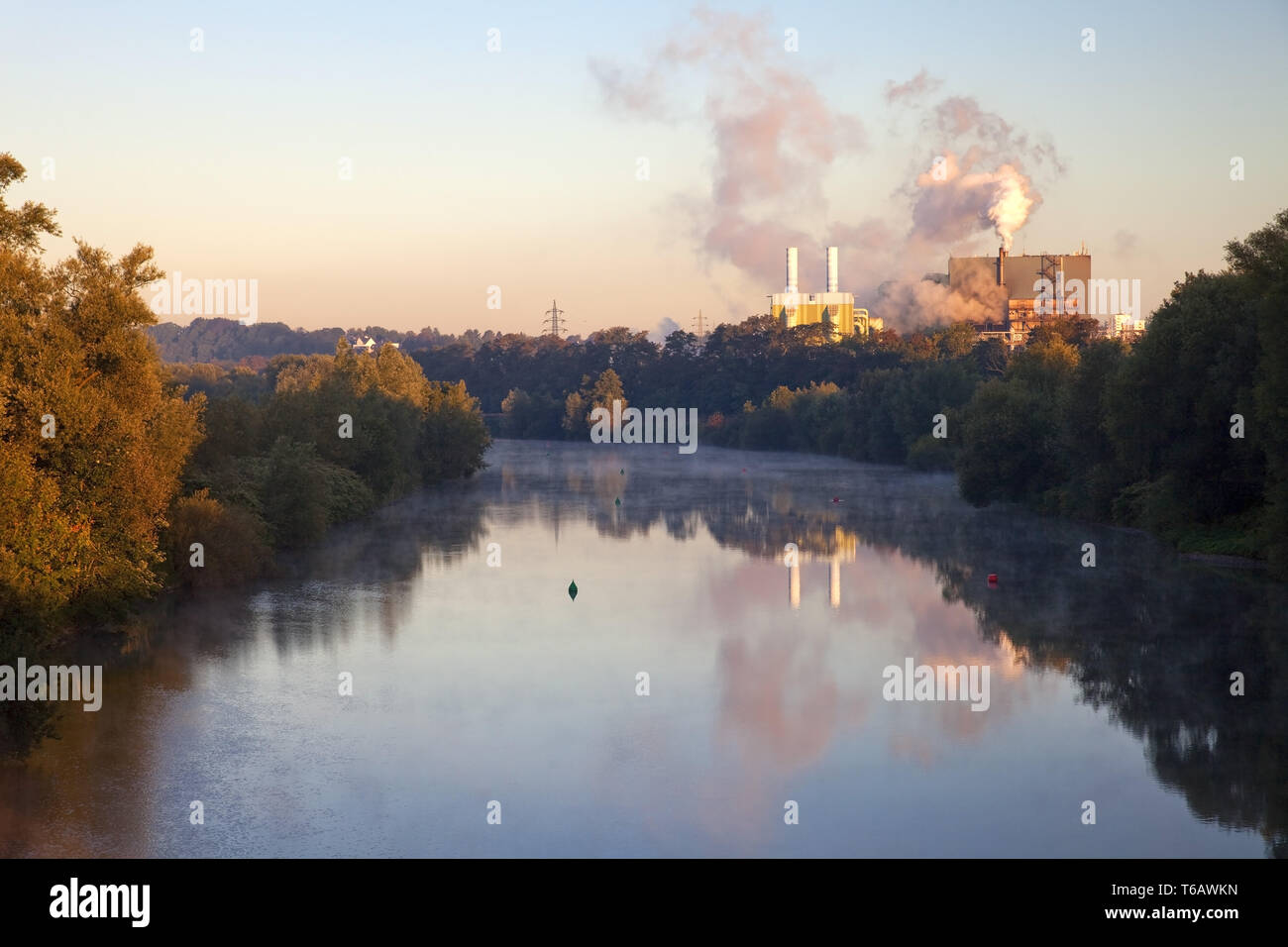 Molino de acero inoxidable y el río Ruhr temprano en la mañana, Witten, Renania del Norte-Westfalia, Alemania Imagen De Stock