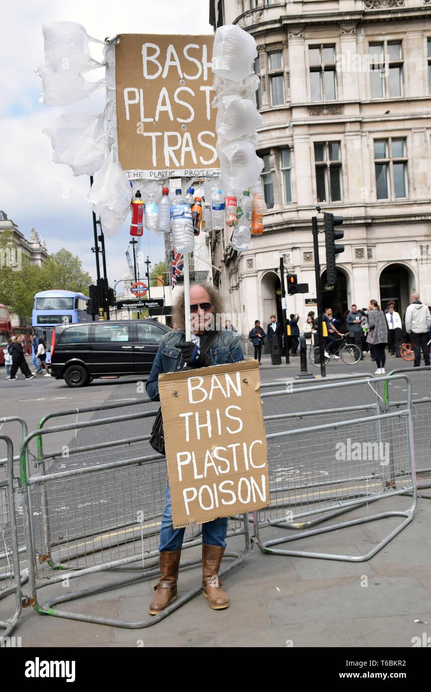 Protesta anti plásticos fuera de la casa de los Comunes, Londres, Reino Unido el 29 de abril de 2019 Imagen De Stock