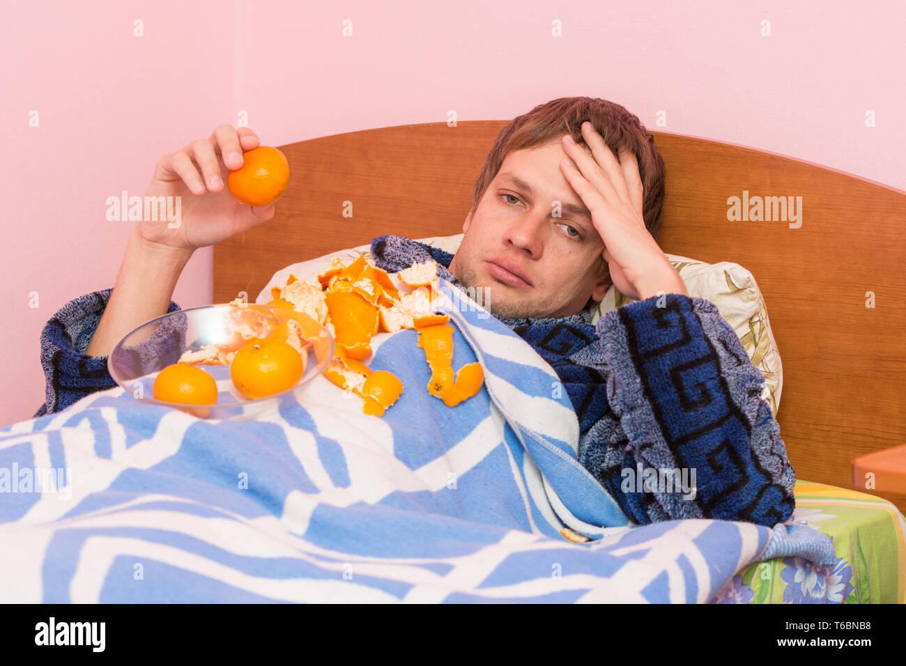 Hombre triste y mandarinas cebados por sí solo se ve en el bastidor Imagen De Stock