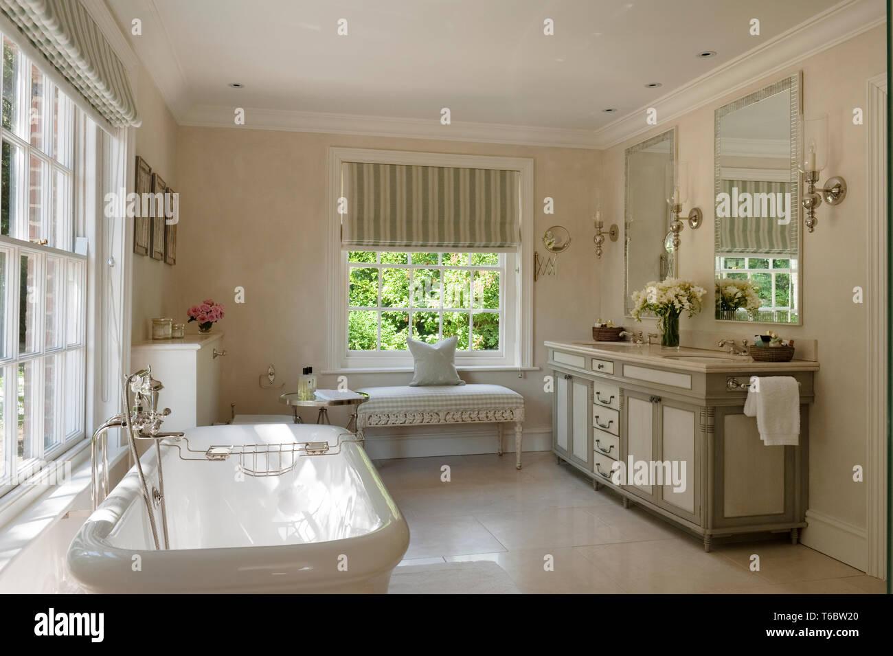 Elegante cuarto de baño Foto & Imagen De Stock: 244894216 ...