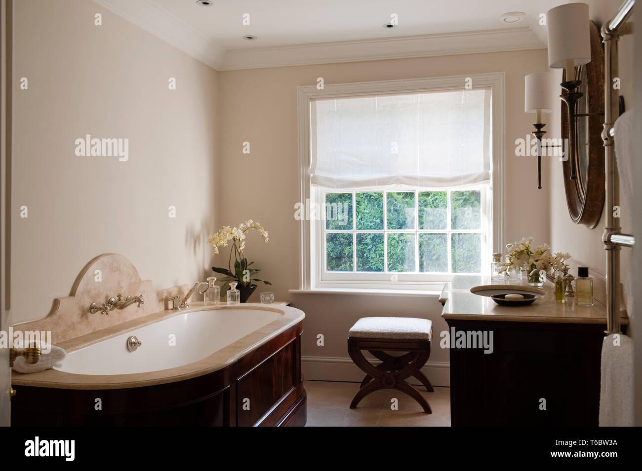 Cuarto de baño elegante con muebles de madera Foto & Imagen ...