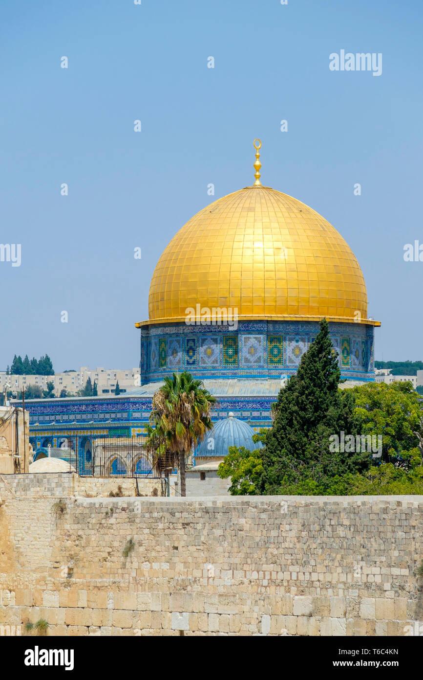 Israel, del Distrito de Jerusalén, Jerusalén. La cúpula de la roca en el Monte del Templo por encima del muro occidental. Foto de stock