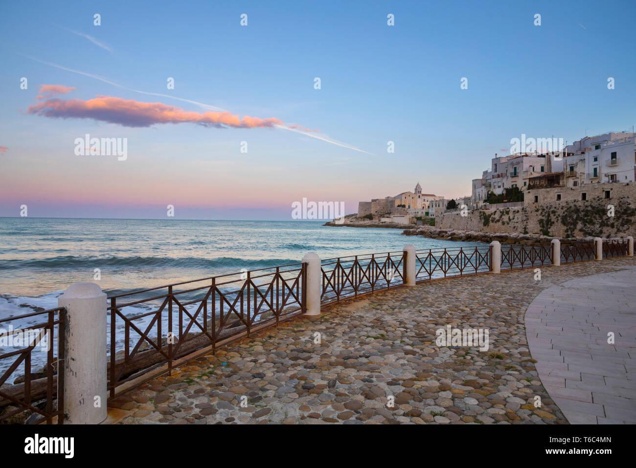 Italia, Apulia (Puglia), el mar Mediterráneo, Mar Adriático, la costa del Adriático, distrito de Foggia, Gargano, Promenade en Vieste al atardecer Imagen De Stock