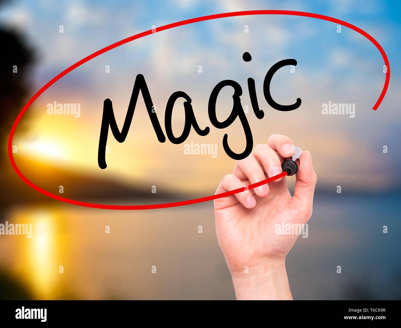 Hombre mágico de escritura a mano con marcador negro en la pantalla visual Imagen De Stock