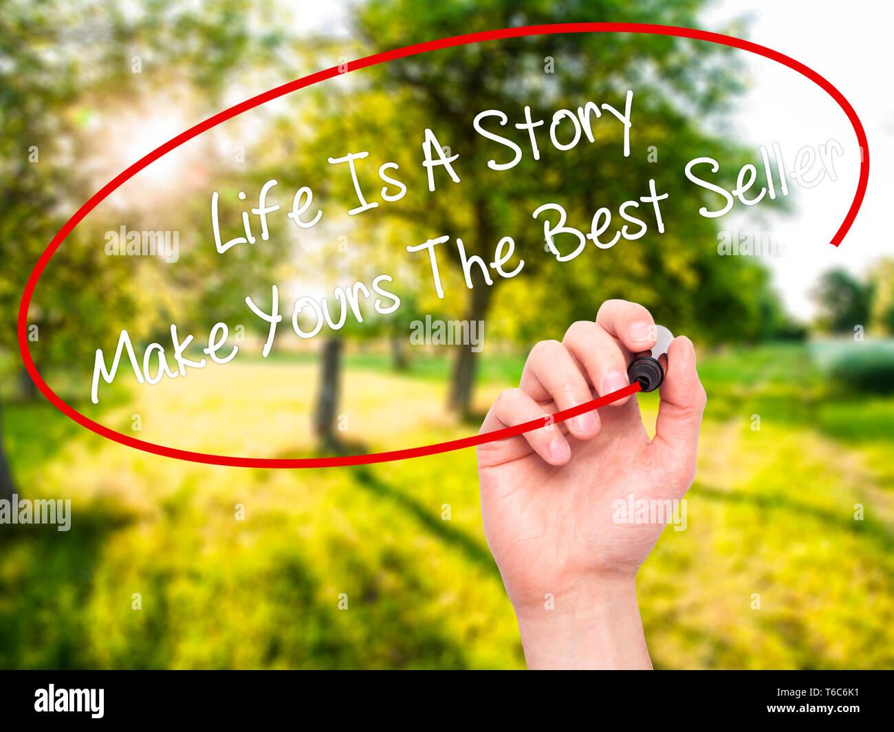 Hombre de escritura a mano es una historia de vida hacer suyo el mejor vendedor con marcador negro en la pantalla visual Foto de stock