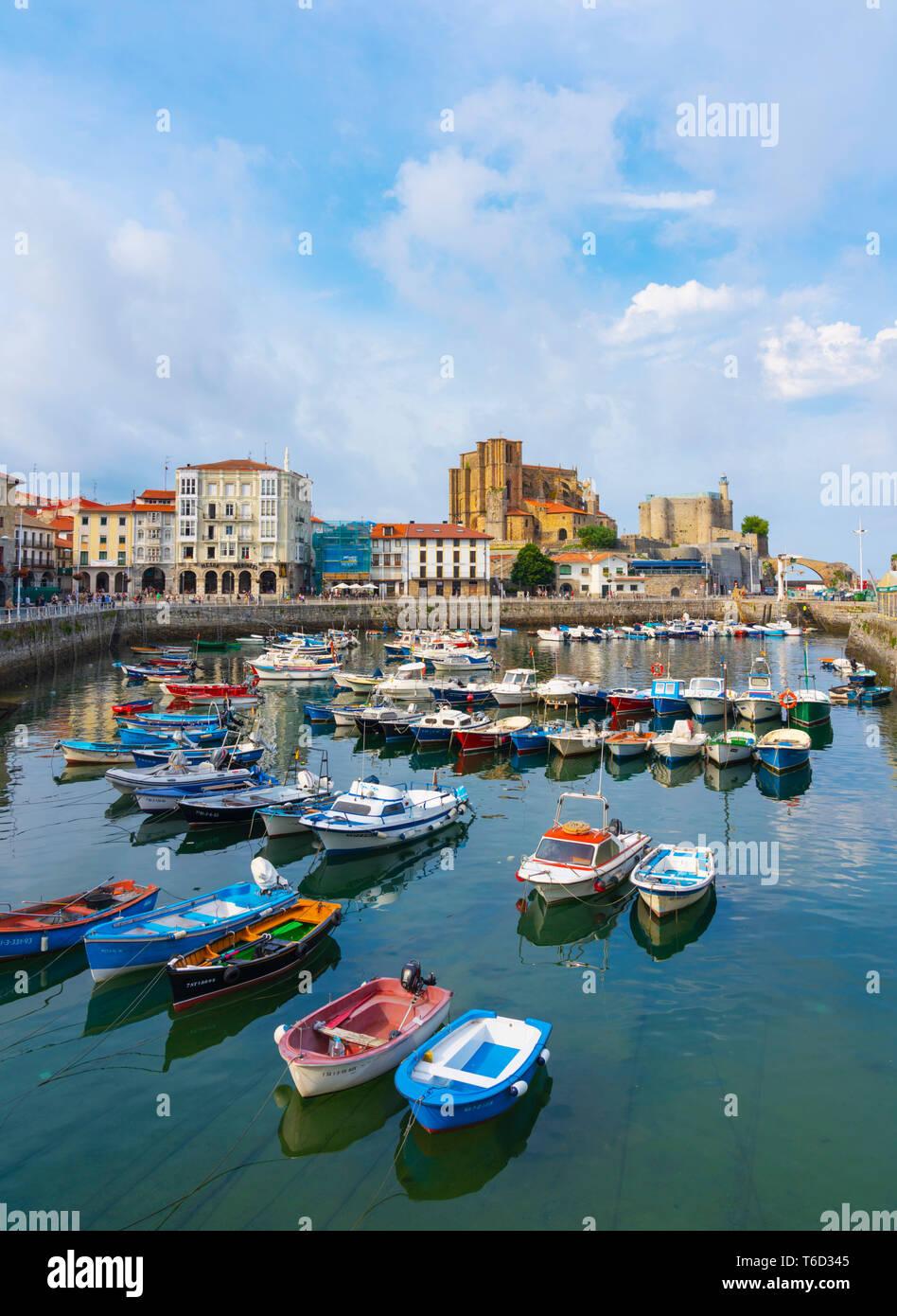 España, Cantabria, Castro-Urdiales, el puerto, la iglesia de Santa María y el castillo de Santa Ana Foto de stock
