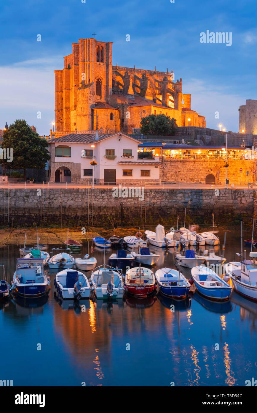 España, Cantabria, Castro-Urdiales, el puerto, la iglesia de Santa María y el castillo de Santa Ana al atardecer Foto de stock