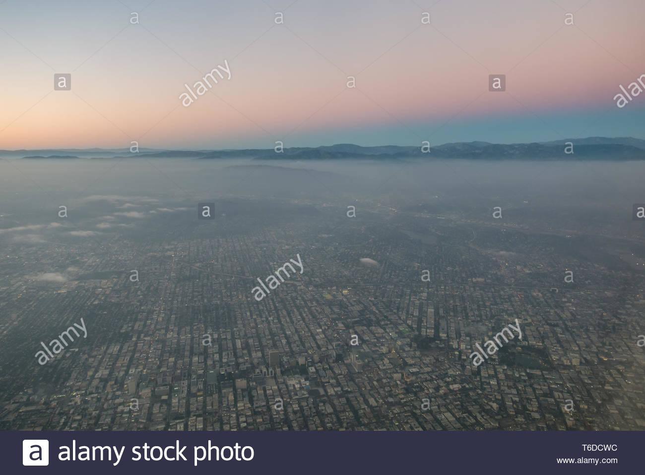 Valle de San Fernando justo después de la puesta de sol con un cinturón de Venus visible sobre las montañas de San Gabriel Foto de stock