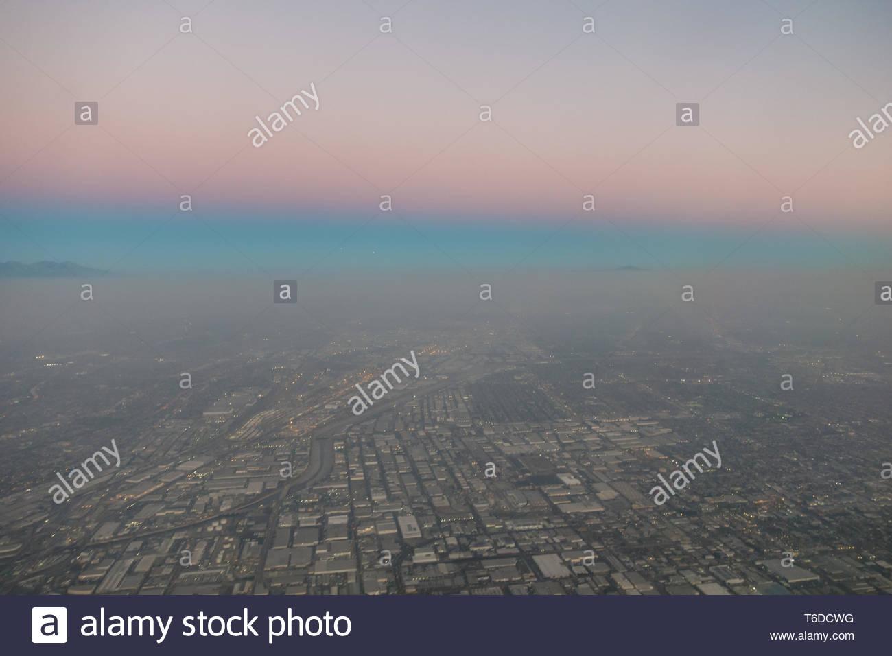 Vista aérea del Valle de San Fernando después de la puesta de sol con neblina Foto de stock