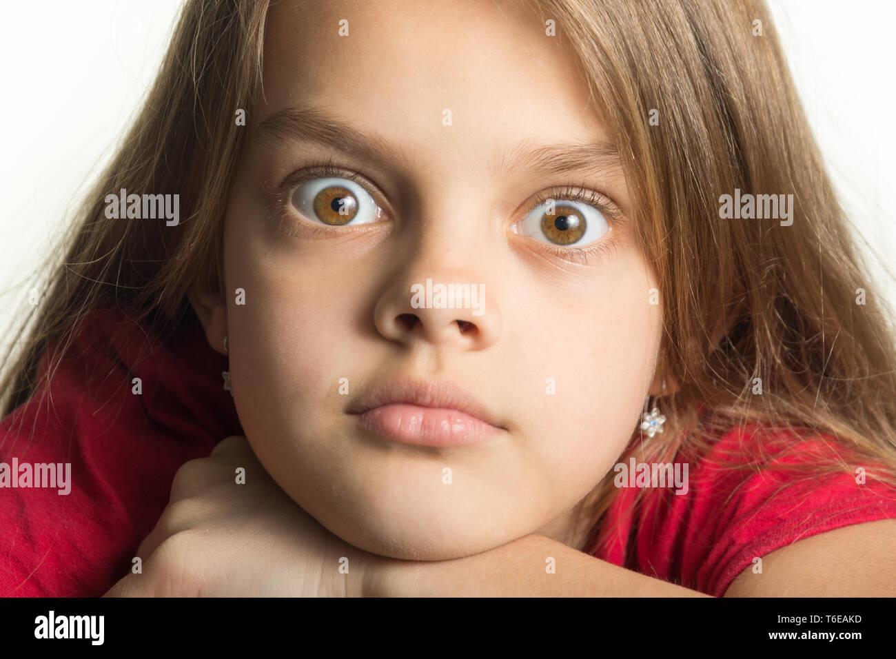 Close-up retrato de una adolescente con los ojos saltones Foto de stock