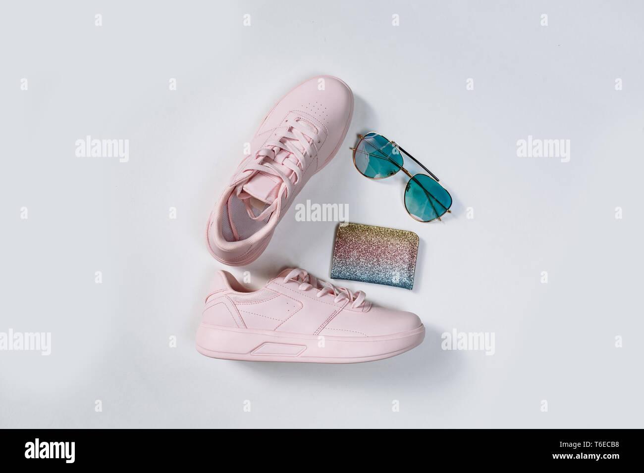 Un par de zapatillas de deporte de moda de cuero rosa, un