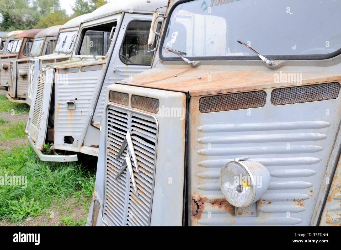 Fila de transportistas viejo Foto de stock