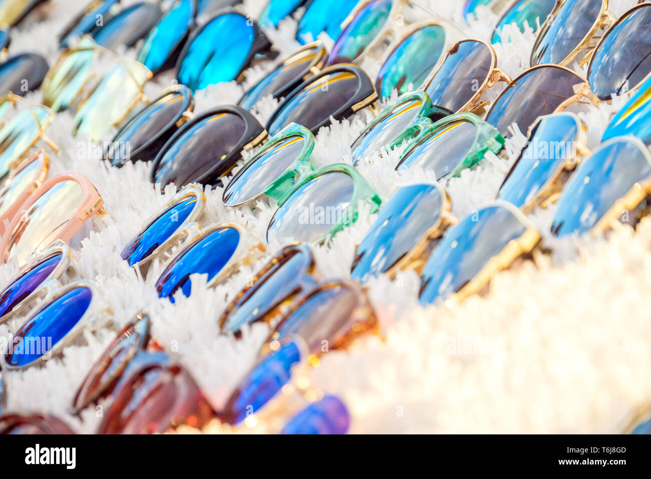 38bff14fd4 Colorida variedad de gafas baratas aparece en el mercado para la venta de  calado Imagen De