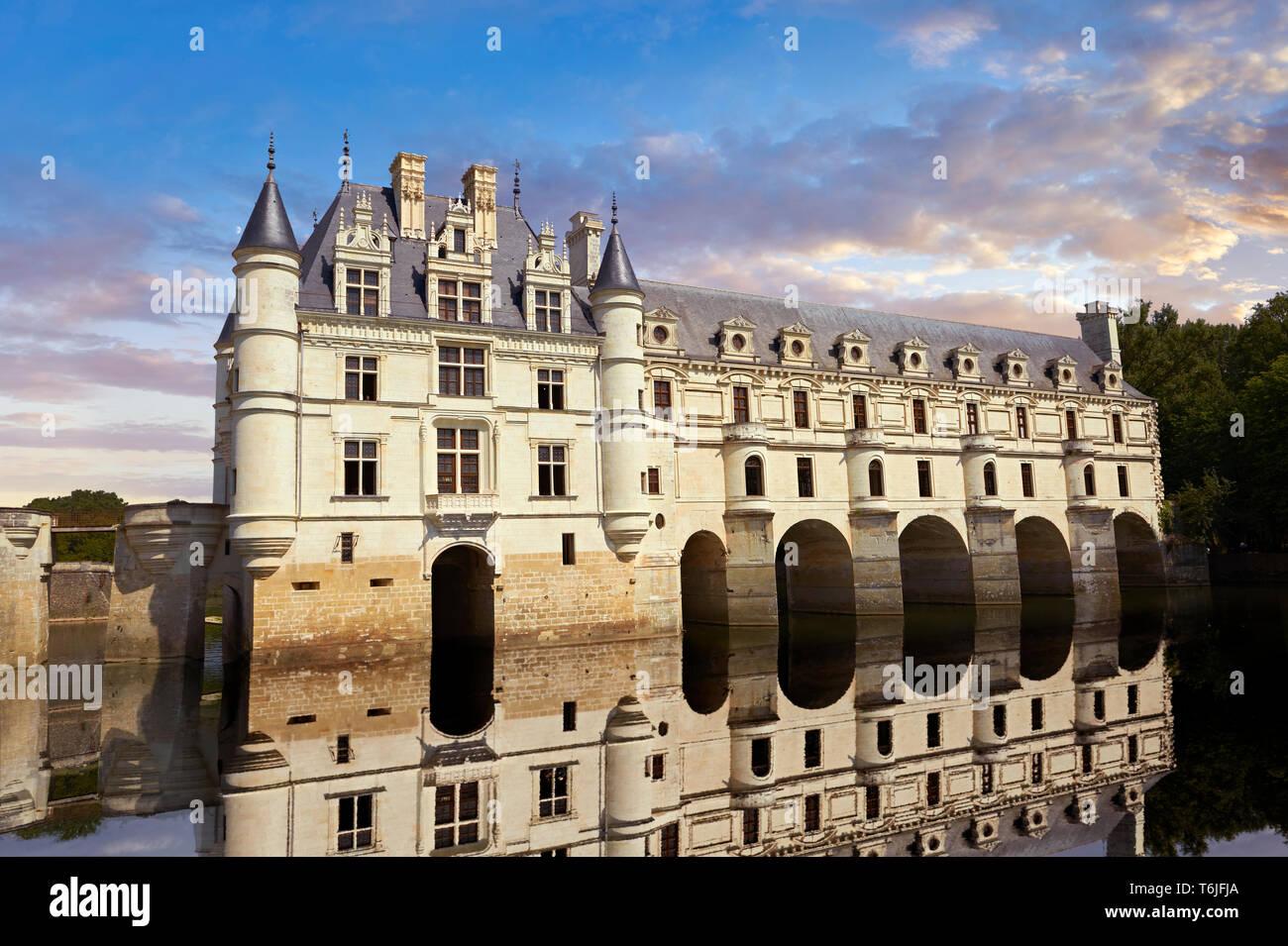 Francés Château de Chenonceau spanning el río Cher en el Valle del Loira al atardecer, Indre-et-Loire département, Francia Imagen De Stock