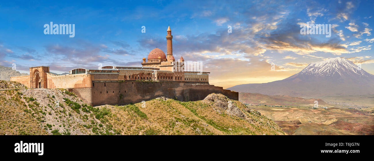 Las paredes exteriores con el minarete de la mezquita de la arquitectura Otomana del siglo XVIII del Palacio Ishak Pasha (Turco: İshak Paşa Sarayı) , Agrı pro Foto de stock