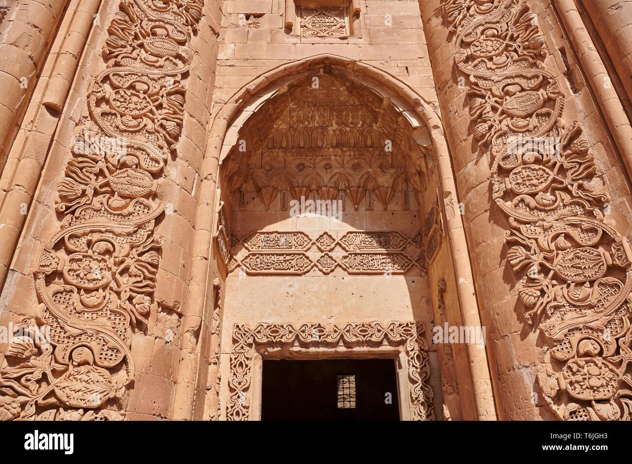 Patio y entrada al mausoleo de la arquitectura Otomana del siglo XVIII del Palacio Ishak Pasha Turquía Imagen De Stock