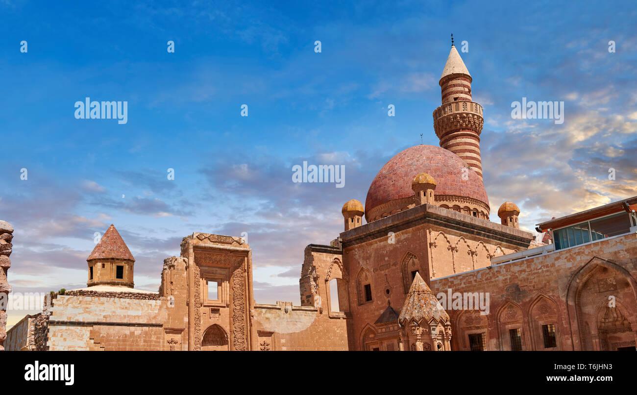 Patio de la arquitectura Otomana del siglo XVIII del Palacio Ishak Pasha (Turco: İshak Paşa Ağrı Sarayı) , la provincia oriental de Turquía. Foto de stock