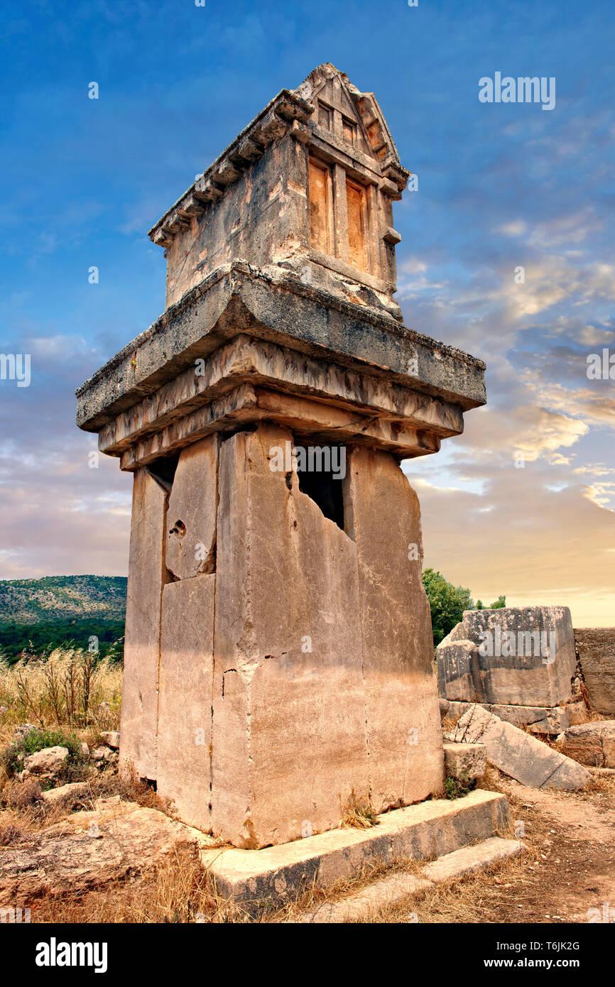 Un pilar de mármol Licio sepulcro desde 480-470 A.C. Xanthos, Patrimonio Mundial de la UNESCO Sitio Arqueológico, Turquía Foto de stock