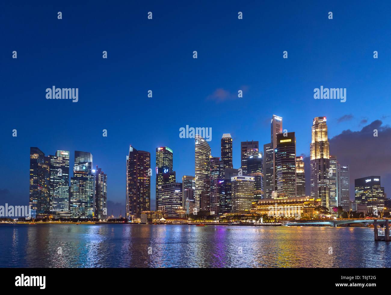 El distrito central de negocios (CBD) en la noche de Marina Bay, Singapur Imagen De Stock