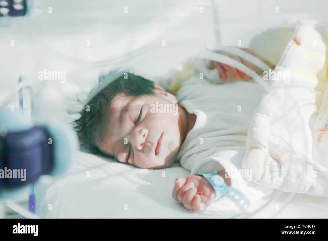 Bebé recién nacido en el hospital Foto de stock