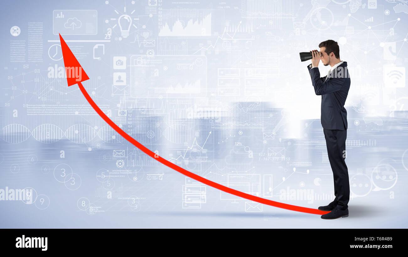 Empresario mirando hacia adelante a través de unos prismáticos con aumento concepto Imagen De Stock