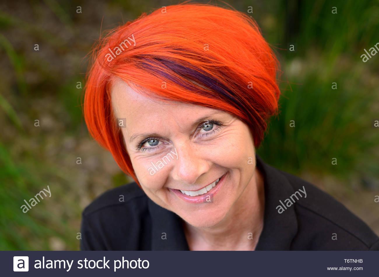 Atractivo sincero sonriente pelirroja mujer Imagen De Stock