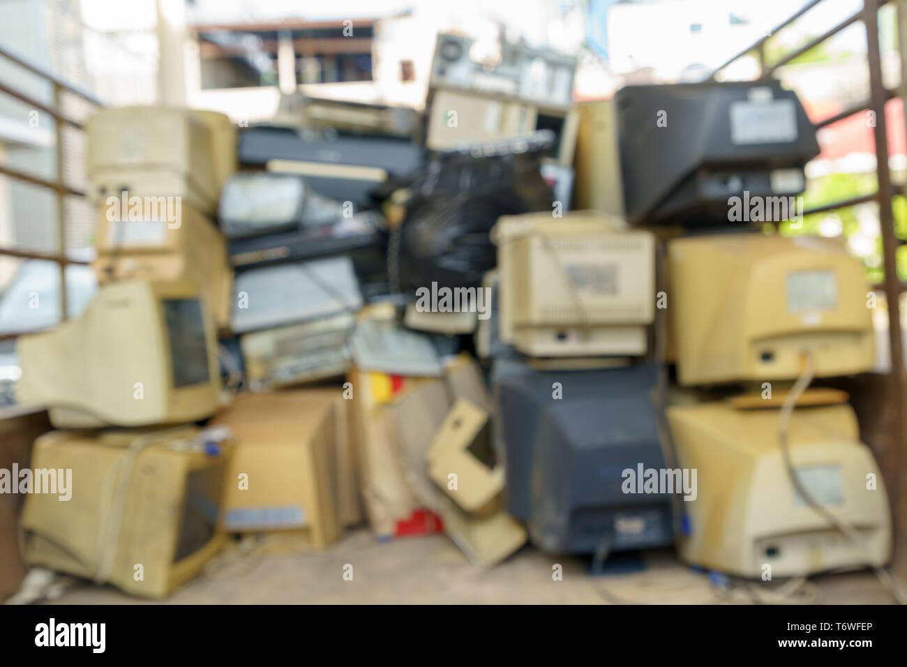 Desenfoque abstracto pila de desechos electrónicos juntos, monitor, impresora, fax para PC de escritorio, a la espera de ser reciclados. Fabricados en plástico, cobre, vidrio Imagen De Stock