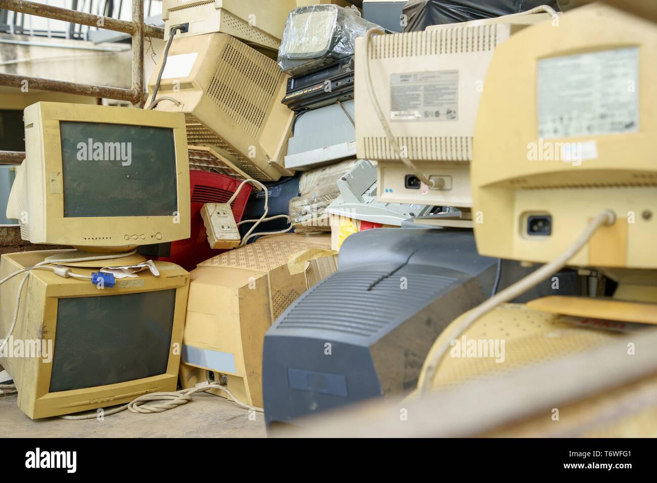 Pila de residuos electrónicos juntos, monitor, impresora, fax para PC de escritorio, a la espera de ser reciclados. Fabricados en plástico, el cobre, el vidrio puede ser reutilizado Imagen De Stock