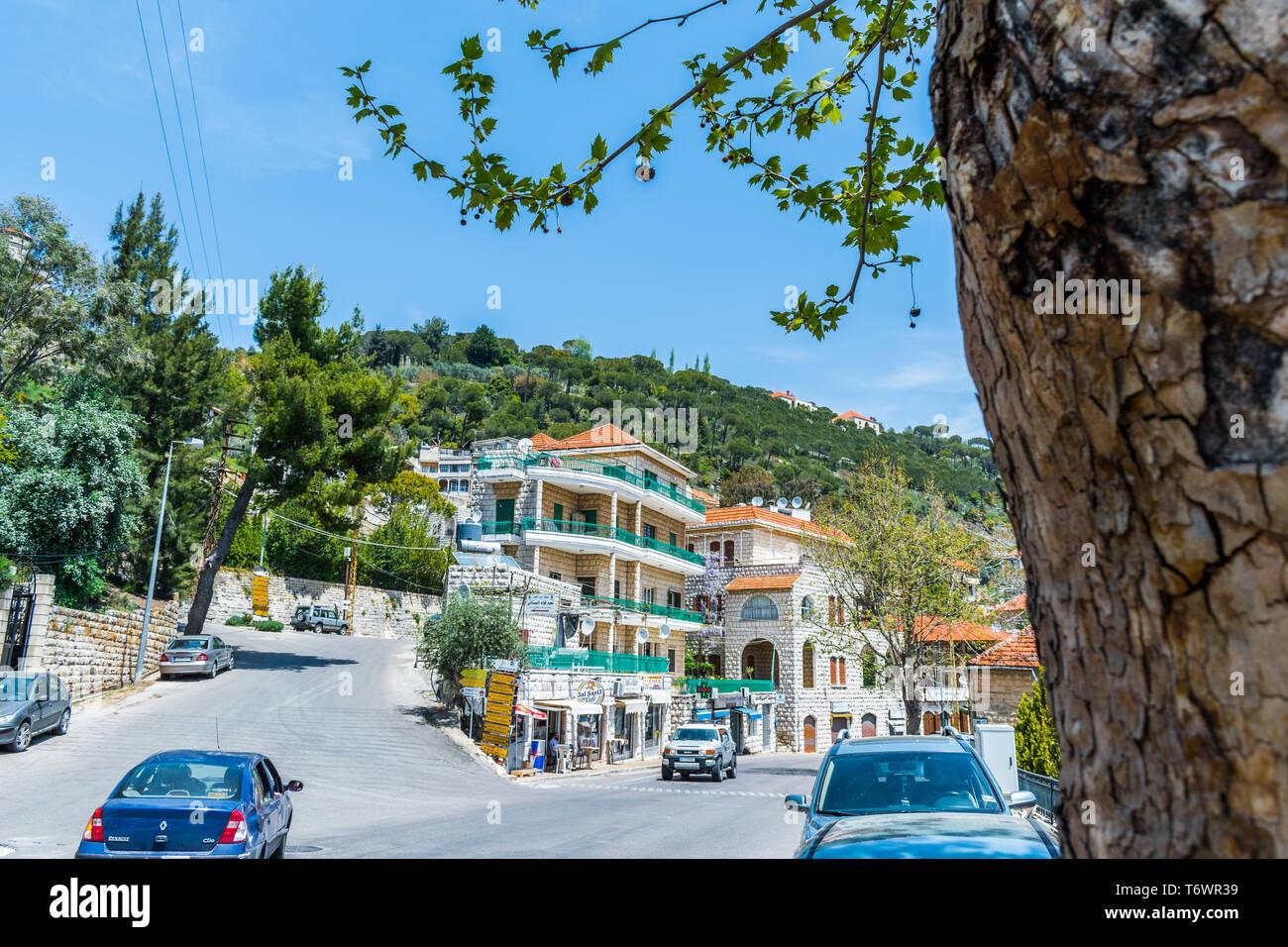 Esta es una captura de Der El Kamar una aldea ubicada en el Líbano, donde se puede apreciar la arquitectura tradicional de las casas con techos de tejas de naranja un Foto de stock