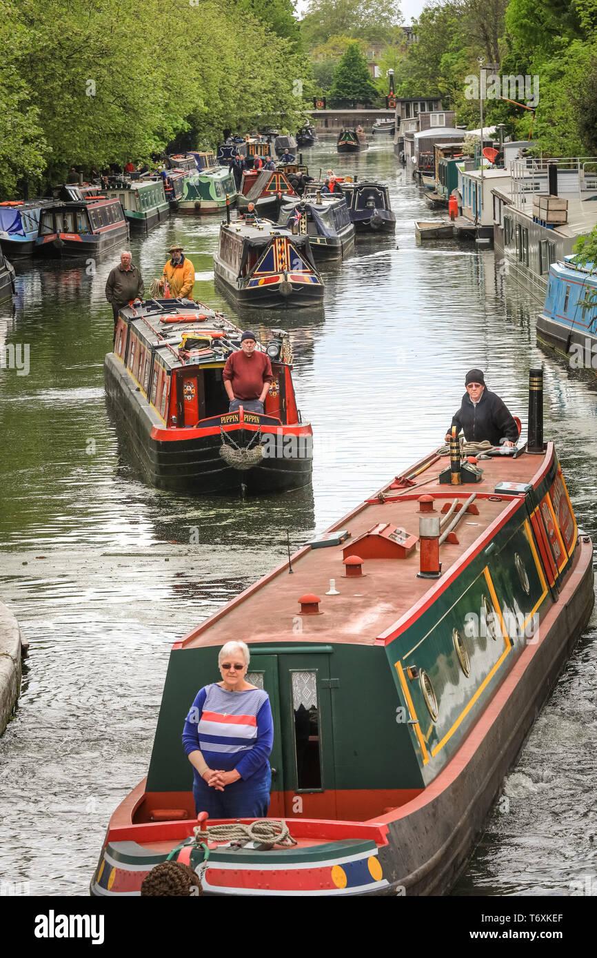"""Londres, Reino Unido, 3 de mayo de 2019. Se están haciendo preparativos en la pequeña Venecia de Canalway Cabalgata, como decorado barcos de canal se mueve lentamente en sus posiciones en la piscina principal. Las fiestas populares son organizados por la Asociación de vías navegables y durará 4-6 de mayo y contará con más de 100 barcos este año con desfiles de canal boat, un barco iluminado desfile, música, espectáculos y deportes acuáticos en la """"Pequeña Venecia"""". Crédito: Imageplotter/Alamy Live News Foto de stock"""