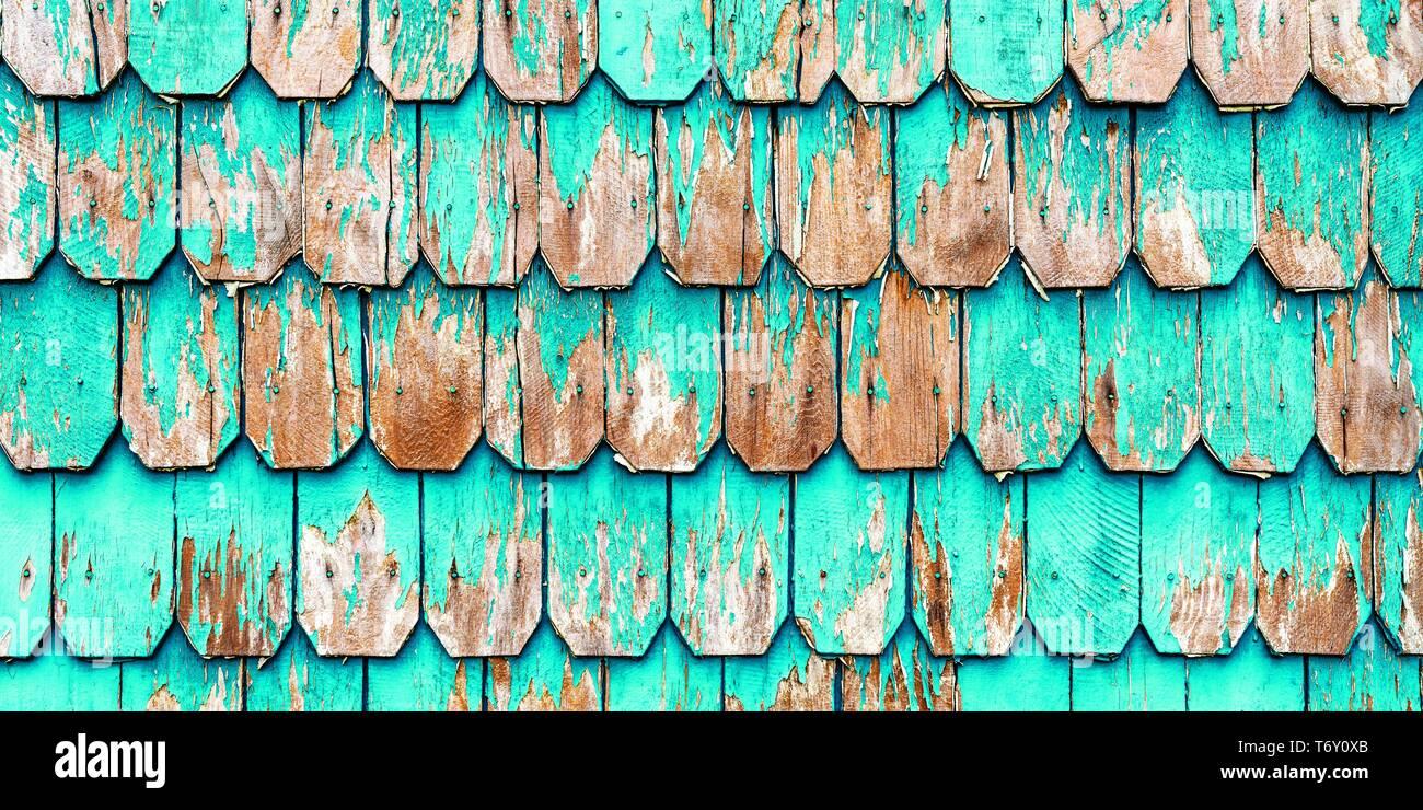 Detalle de la arquitectura Vintage con paneles de madera de color turquesa, un tradicional revestimiento de paredes en el distrito de Los Lagos en Puerto Varas, Chile. Imagen De Stock
