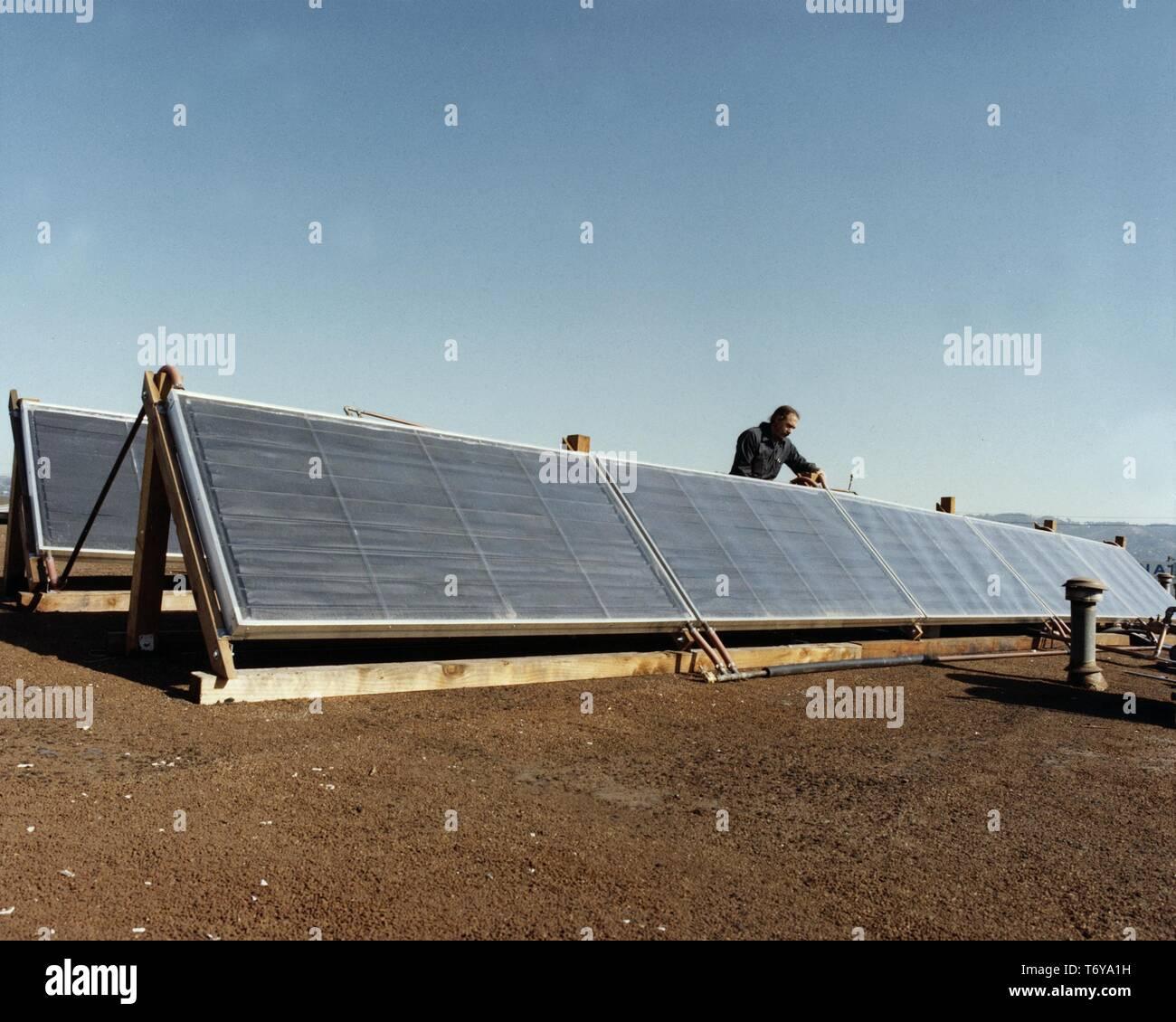Colectores solares utilizados para calentar agua en un proyecto para hacer el lavado de botella viable a gran escala, alentando a los fabricantes para usar contenedores retornables, 2010. Imagen cortesía del Departamento de Energía de Estados Unidos. () Foto de stock
