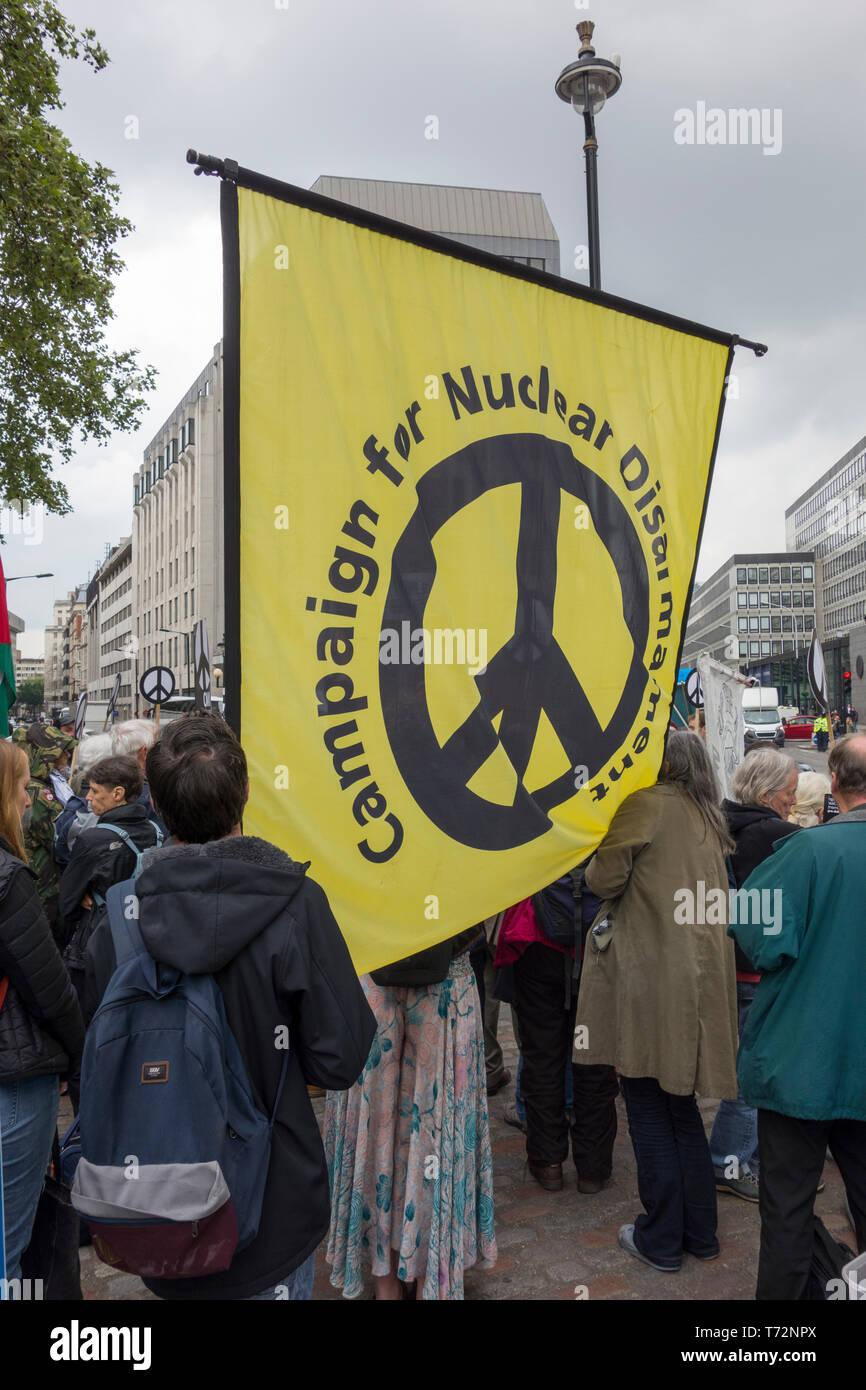 Londres: CND protesta contra la Royal Navy Servicio Nacional de Acción de Gracias para conmemorar los 50 años de 'Continuo' de disuasión en el mar (CASD) en la Abadía de Westminster. Imagen De Stock