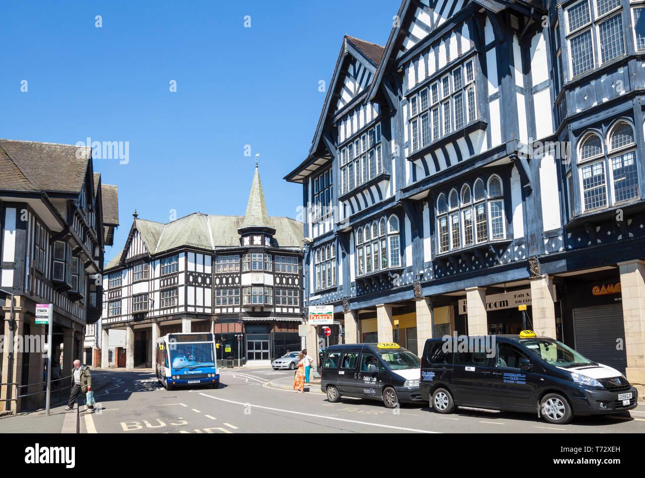 Casco histórico de edificios con entramado de madera y tiendas en el centro de la ciudad de Chesterfield Knifesmithgate Chesterfield, Derbyshire, Inglaterra GB UK Europa Imagen De Stock