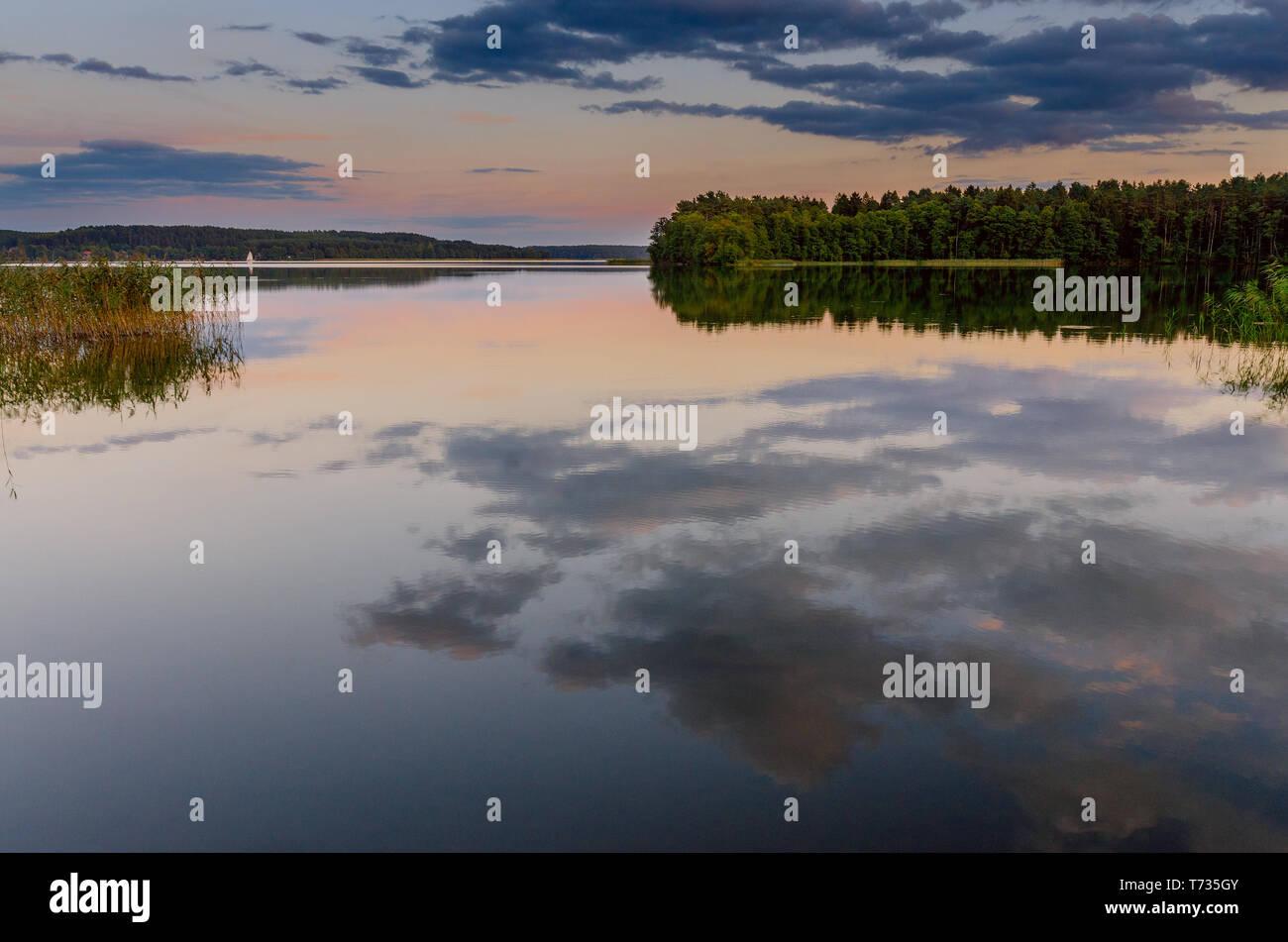 Puesta de sol sobre el lago masuria Pluszne cerca del pueblo de Olsztynek.: Hohenstein (GER). Provincia Warmian-Masurian, Polonia. Foto de stock