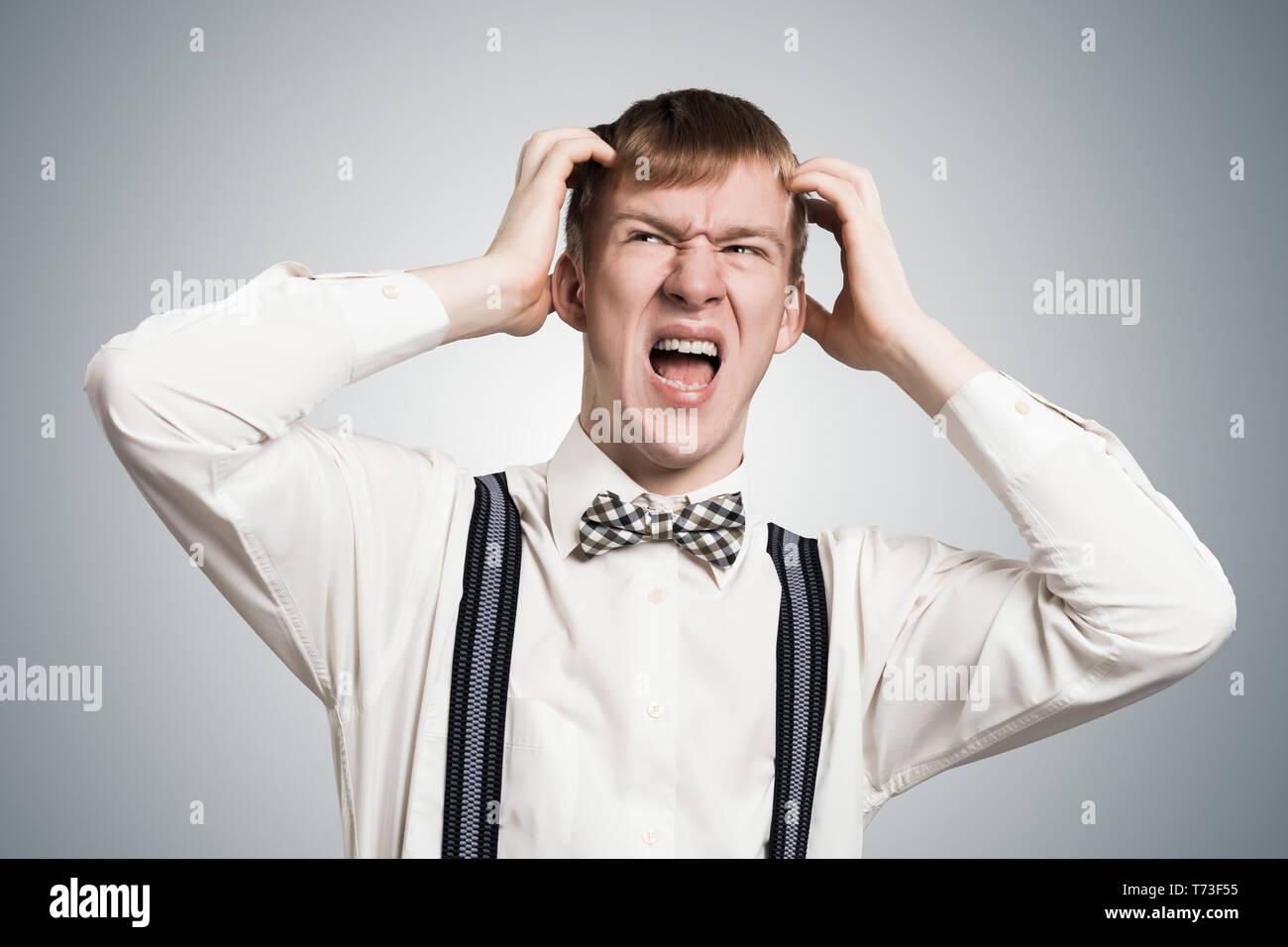 Estresante hipster gritando con pánico Imagen De Stock