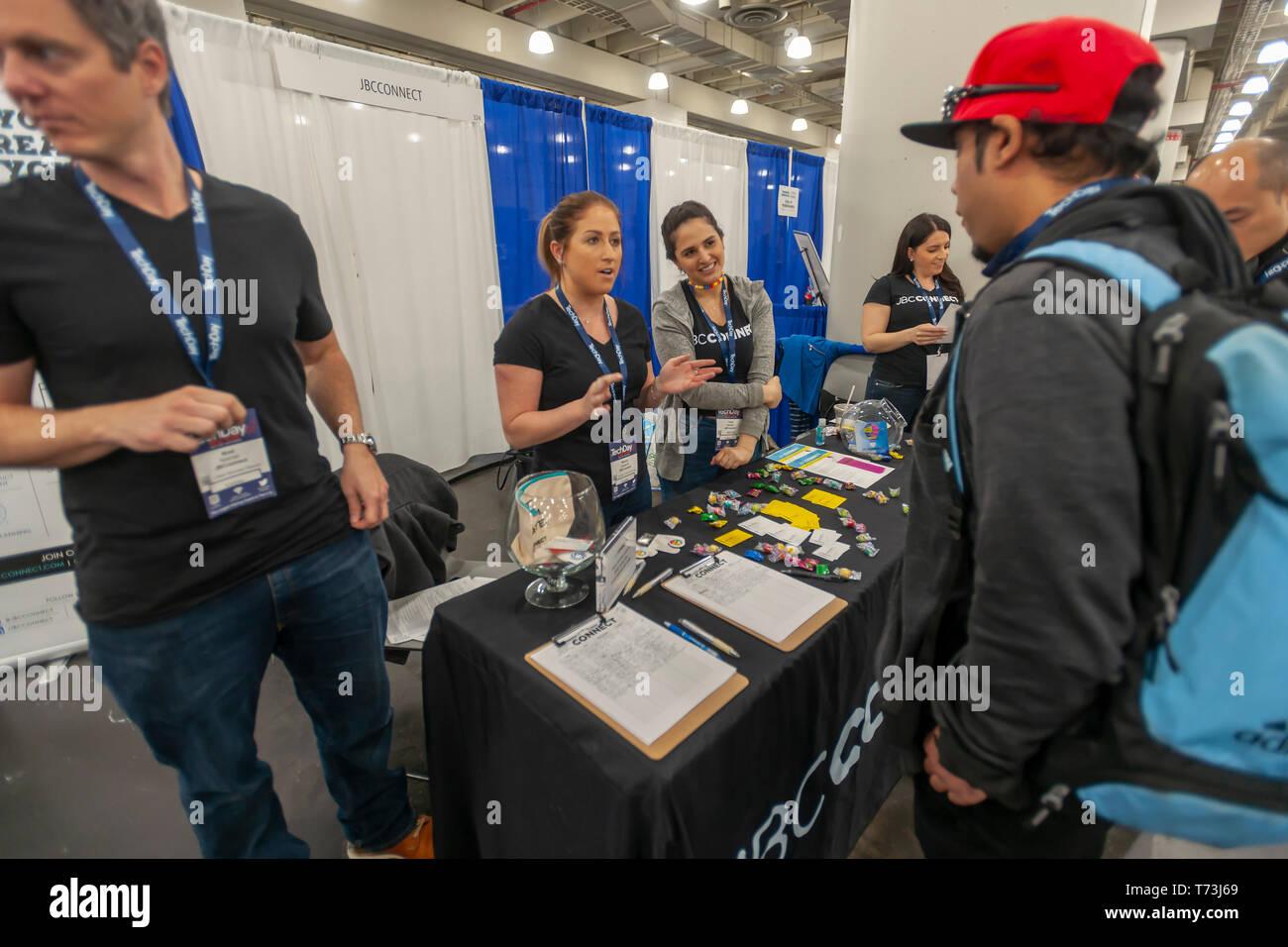 JBCConnect, una empresa de contratación, en el TechDay evento de Nueva York el jueves, 2 de mayo de 2019. Miles de personas asistieron a buscar trabajos con las startups y de relacionarse con sus pares, y quizás para encontrar el próximo gran inicio. TechDay cuentas a sí misma como la más grande de EE.UU. evento STARTUP con más de 350 expositores y más de 20.000 asistentes. (© Richard B. Levine) Foto de stock