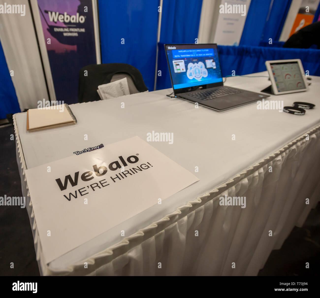 Webalo anuncia que están contratando al TechDay evento de Nueva York el jueves, 2 de mayo de 2019. Miles de personas asistieron a buscar trabajos con las startups y de relacionarse con sus pares, y quizás para encontrar el próximo gran inicio. TechDay cuentas a sí misma como la más grande de EE.UU. evento STARTUP con más de 350 expositores y más de 20.000 asistentes. (© Richard B. Levine) Foto de stock
