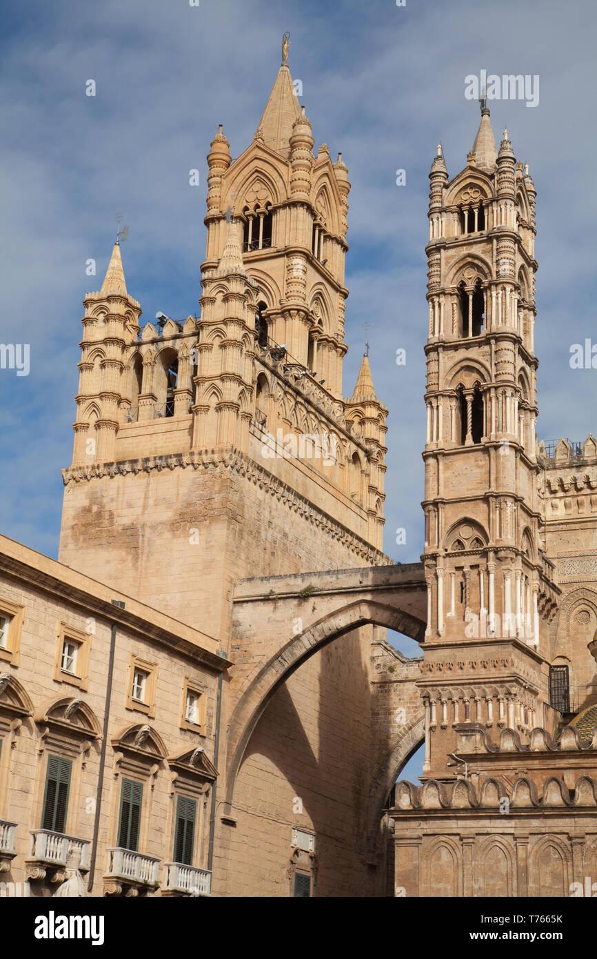 Vista de la torre de la campana y torre sudoeste, la catedral de Palermo, Palermo, Italia. Foto de stock