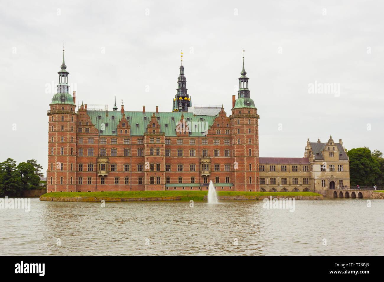 Hermosa vista de Fredensborg Palace en Hilleroed, Dinamarca. Fue disparado desde el parque público. Palacio de Frederiksborg y fuente en el Lake Palace, Hillerod, Foto de stock