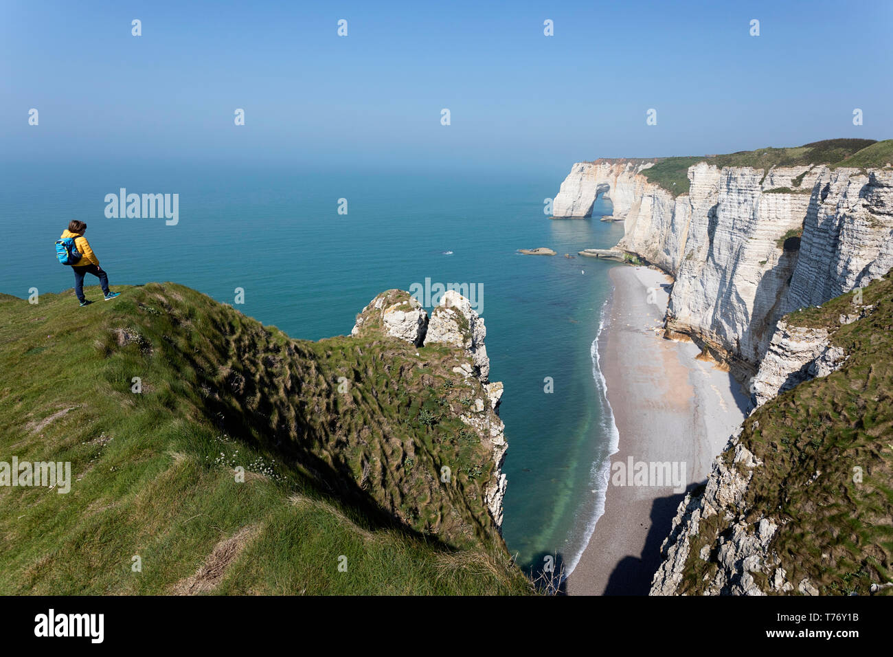 Francia, Normandía: Madre e hijo de pie sobre el césped cubierto de roca acantilados por encima del arco de Playa Etretat Foto de stock