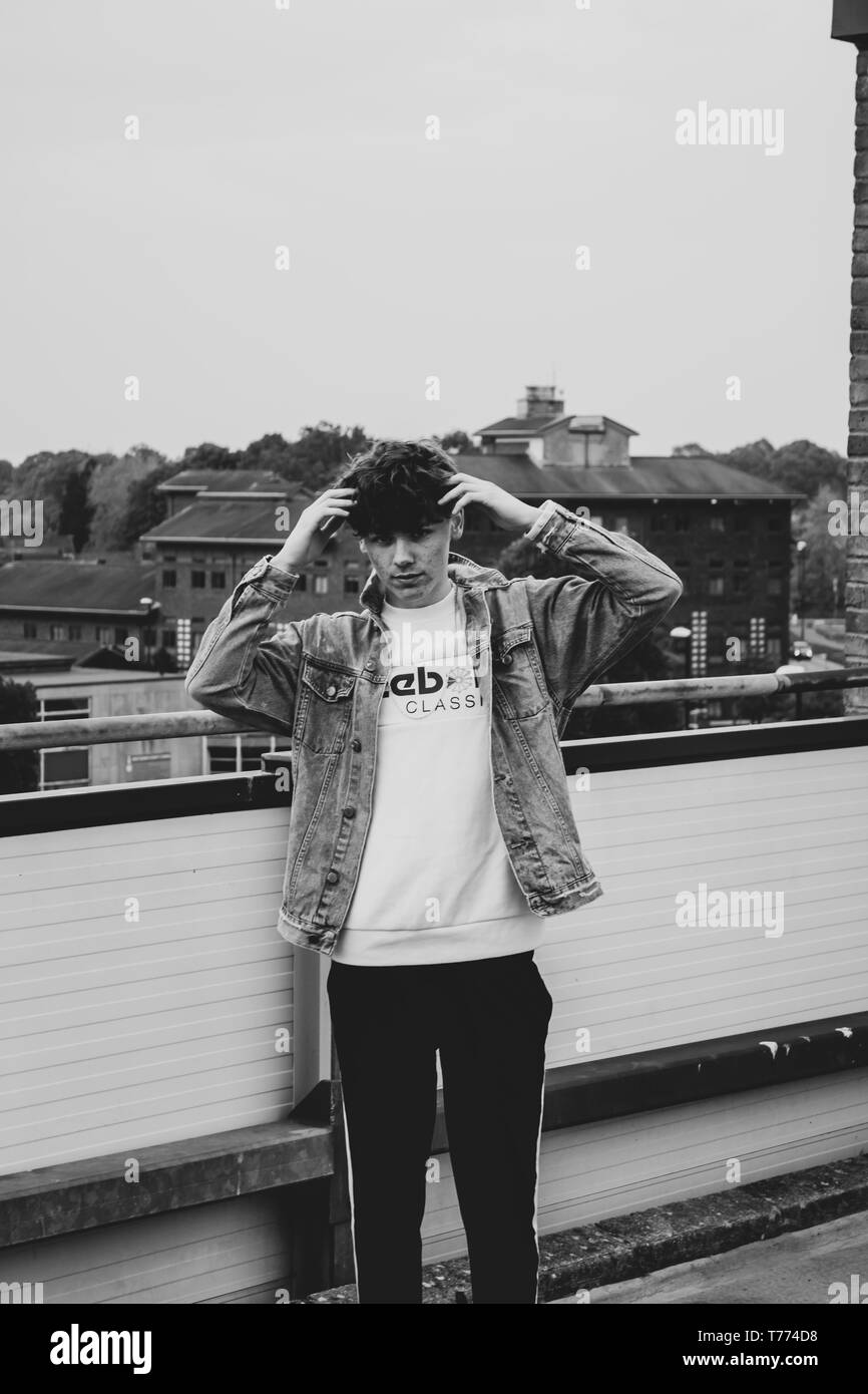 Joven estilista modelo con chaqueta de dril de algodón Foto de stock