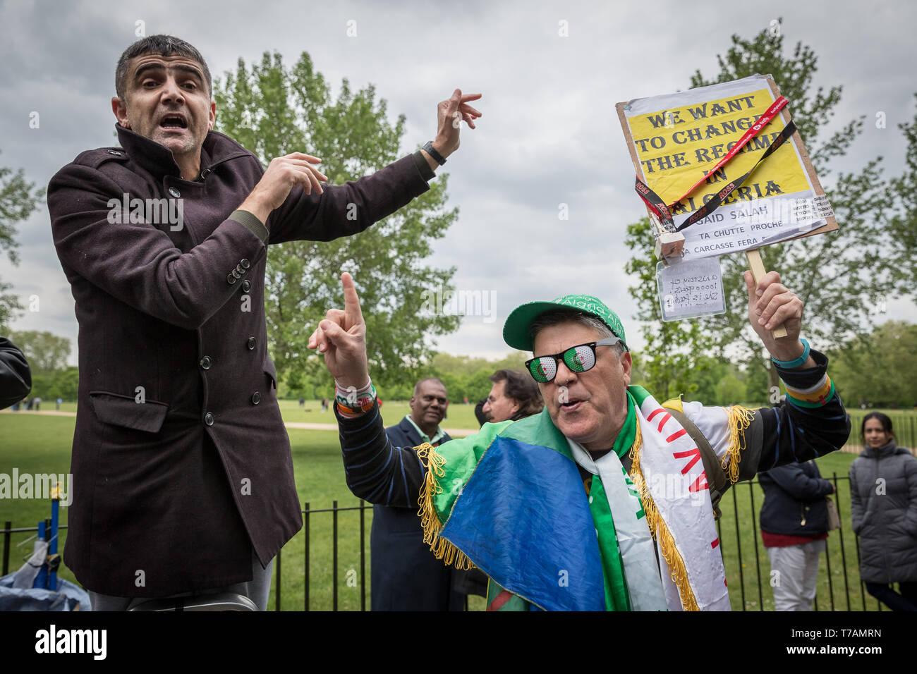 El cambio de régimen en Argelia se debatió en el Speakers' Corner, el hablar en público en el área de Hyde Park en Londres, Reino Unido. Imagen De Stock