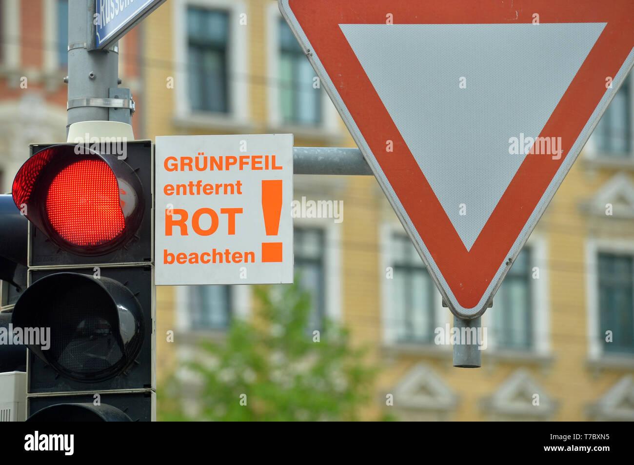Leipzig, Alemania. 28 abr, 2019. 'Flecha Verde lejos nota roja' está en un semáforo en la Prager Straße en Leipzig. La flecha verde, que no se enciende, hace posible que gire a la derecha en el cruce en rojo, mientras que la observación de las reglas de derecho de paso. Crédito: Volkmar Heinz/dpa-Zentralbild/ZB/dpa/Alamy Live News Foto de stock