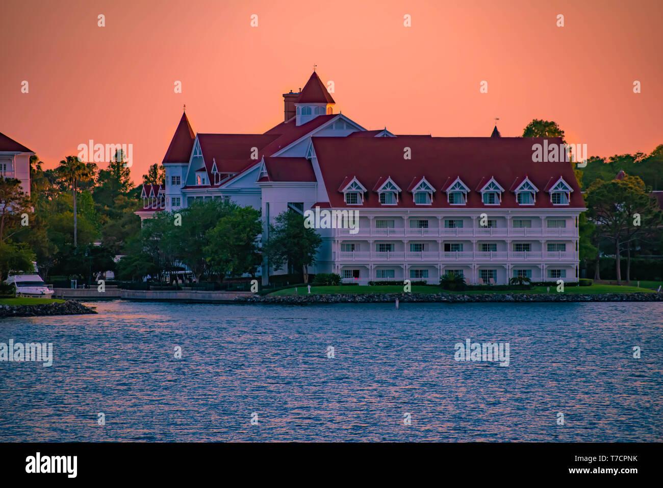 Orlando, Florida. El 23 de abril de 2019. Disney's Grand Floridian Resort & Spa en el hermoso atardecer antecedentes en Walt Disney World (2) Foto de stock