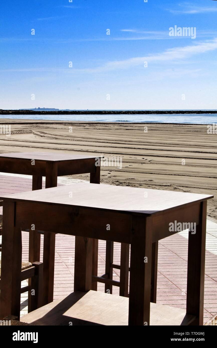 Bar Con Terraza Vacía En La Playa De Santa Pola En Un Día